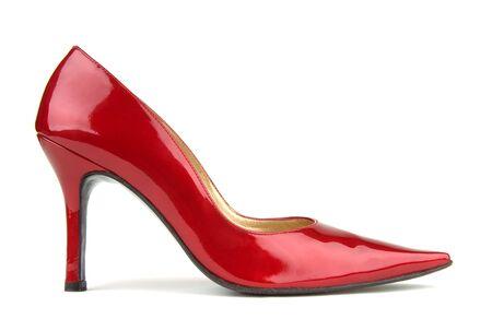 tacones rojos: Zapato de �nico charol rojo sobre un fondo blanco