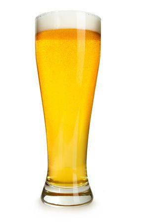 carbonation: Un perfecto vaso de cerveza aislado en un fondo blanco