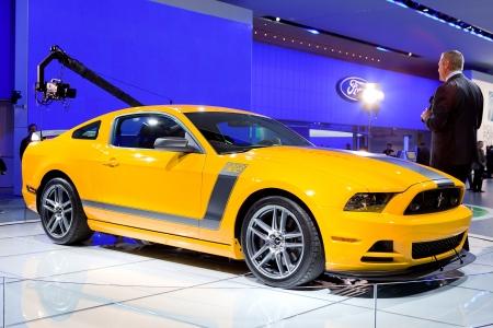 ford: DETROIT - 11 januari: Een verslaggever het over de 2013 Ford Mustang Boss 302 op de 2012 North American International Auto Show Industrie preview op 11 januari 2012 in Detroit, Michigan. Redactioneel