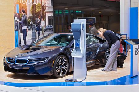 デトロイト - 1 月 15 日: 2015 年 1 月 13 日デトロイト、ミシガン州の 2015 北米国際自動車ショーで BMW i8 電気自動車を見て visito。