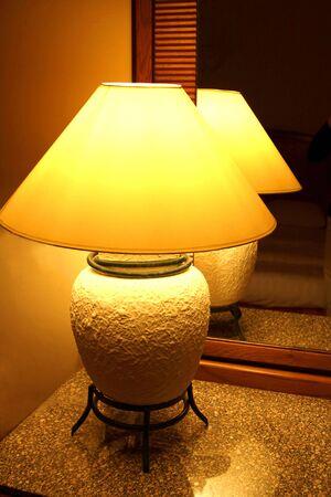 reflexion: La l�mpara de escritorio incluido con la reflexi�n en un espejo  Foto de archivo