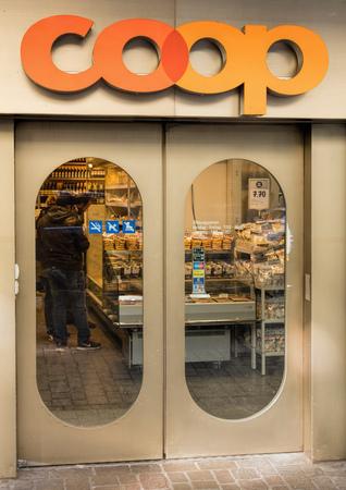 cooperativa: Zurich, Suiza - 06 de noviembre 2015: entrada de la tienda por departamentos Coop en la calle Badenerstrasse. Coop Cooperativa es una de las mayores empresas minoristas y mayoristas de Suiza. Se estructura en forma de una sociedad cooperativa con alrededor Editorial