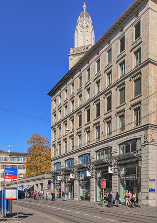 musik: Zurich, Switzerland - 19 October, 2013: tram stop and buildings on the Limmatquai quay. Limmatquai is a pedestrian zone named after the river Limmat.