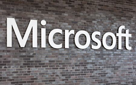 proposito: Wallisellen, Suiza - 3 de enero, 2016: cartel en la pared del edificio de oficinas de Microsoft Suiza SA. El propósito de la empresa Microsoft Suiza SA es el suministro y el comercio de productos de software y hardware.