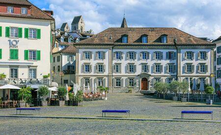 Rapperswil, Suisse - 7 septembre 2015: vue sur la place Fishmarktplatz depuis le quai de Seequai. La ville de Rapperswil fait partie de la commune de Rapperswil-Jona dans le canton suisse de Saint-Gall, située sur le côté est du lac de Zurich.