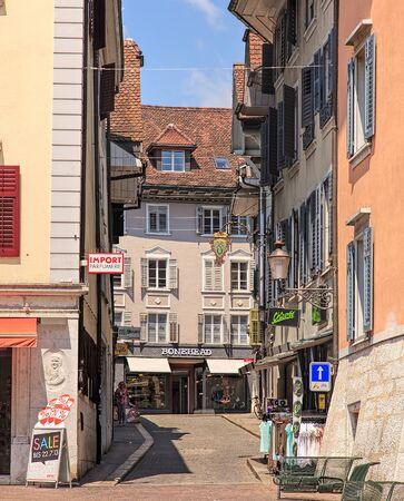 Solothurn, Szwajcaria - 19 lipca 2013: sklepy na starym mieście. Miasto Solothurn jest stolicą szwajcarskiego kantonu Solothurn i jest również jedyną gminą powiatu o tej samej nazwie. Publikacyjne