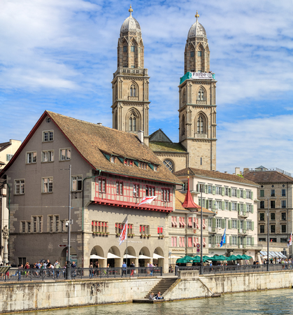 farbe: Zurich, Switzerland - 26 May, 2016: towers of the Grossmunster cathedral with a banner, which is a part of the promotion devoted to the World Refugee Day on the 20th of June, arranged by aid organization of Evangelic Churches of Switzerland (German: Hilfs