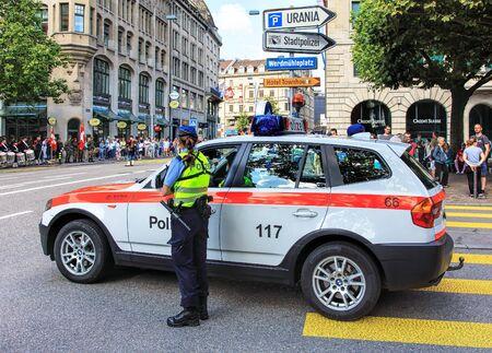 mujer policia: Zurich, Suiza - 1 de agosto 2016: una mujer policía viendo el desfile dedicado al Día Nacional de Suiza. El Día Nacional de Suiza es la fiesta nacional de Suiza, establecido el 1 de agosto. Editorial
