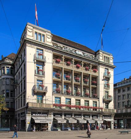 ville: Zurich, Switzerland - 21 August, 2015: Hotel Savoy Baur en Ville building, view from Paradeplatz square. Hotel Savoy Baur en Ville is luxurious five star hotel, situated in the center of Zurichs downtown.