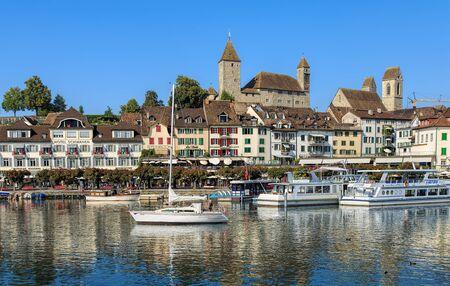 Rapperswil, Suisse - 12 Septembre, 2016: bateaux sur le lac de Zurich avec des bâtiments historiques en arrière-plan. Rapperswil est une partie de la commune de Rapperswil-Jona dans le canton suisse de Saint-Gall, situé sur le côté est du lac de Zurich.