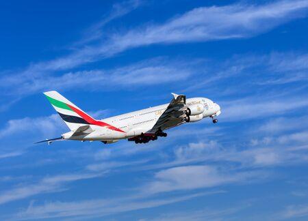 クローテン, スイス - 2016 年 9 月 29 日: エミレーツ航空エアバス A-380 チューリッヒ (クローテン空港とも呼ばれます) に離陸しました。エミレーツ航空は、ドバイ, アラブ首長国連邦でのエアーライン、中東地域で最大の航空会社です。