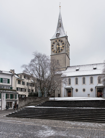 Zürich, die Schweiz - 3. Januar 2017: St. Peter Church, Ansicht von St. Peterhofstatt-Quadrat. St. Peter ist eine der vier größten Kirchen der Altstadt von Zürich.