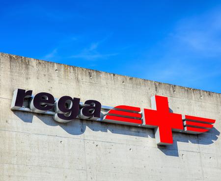 Dubendorf, Szwajcaria - 12 września 2015: znak Rega na ścianie lotniska Dubendorf. Rega jest prywatną, non-profitą ratownictwa lotniczego, która zapewnia pomoc medyczną w nagłych wypadkach w Szwajcarii i Liechtensteinie, ustanowioną w dniu 27 kwietnia 1952 r. Przez dr.