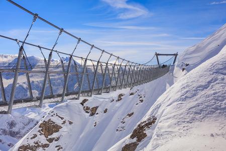 ティトリス山の冬の吊り橋。ティトリス オプヴァルデンのスイスの州とベルン、主にその北側のエンゲルベルクの町からアクセスの境界に位置する