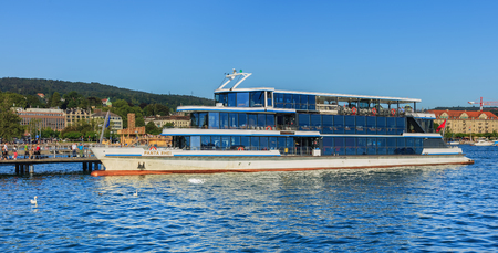 Zurich, Switzerland - 20 July, 2016: MS Panta Rhei at a pier on Lake Zurich in the city of Zurich. MS Panta Rhei is the newest ship of the Lake Zurich Navigation Company (German: Zurichsee-Schifffahrtsgesellschaft or ZSG), it has been in service since 200 新聞圖片