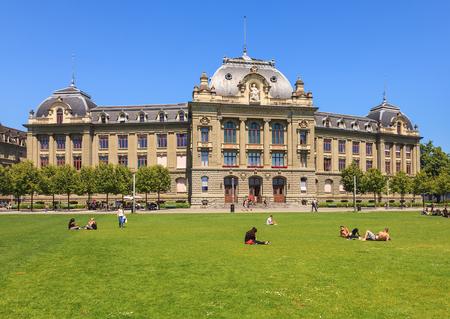 Bern, Schweiz - 11. Juni 2014: das Hauptgebäude der Universität Bern, Leute auf dem Rasen davor. Die Universität Bern ist eine Universität in der Schweizer Stadt Bern, gegründet 1834. Editorial