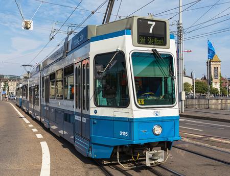 Zürich, Zwitserland - 9 augustus 2015: een tram langs Bahnhofbrucke brug in de stad Zürich. Trams leveren een belangrijke bijdrage aan het openbaar vervoer in de stad, ze vormen sinds de jaren 1880 een consistent onderdeel van het stadsbeeld van Zürich, electrifie