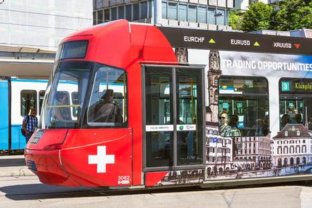 Zürich, Zwitserland - 3 juni 2015: een tram langs een stadsstraat. Trams leveren een belangrijke bijdrage aan het openbaar vervoer in Zürich, ze zijn een consistent onderdeel van het stadsbeeld sinds de jaren 1880, geëlektrificeerd vanaf de jaren 1890. Redactioneel