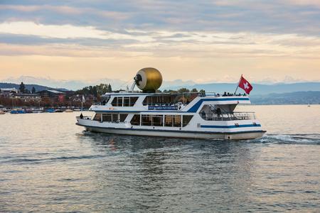 Zurich, Suiza - 28 de septiembre de 2017: MS Albis con un emblema del Festival de Cine de Zurich en el lago de Zurich al anochecer, cumbres de los Alpes en el fondo. El Festival de Cine de Zúrich tiene lugar anualmente a finales de septiembre desde 2005, en 2017 duró desde
