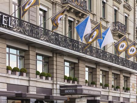 Zurich, Suiza - 27 de septiembre de 2017: fachada del Hotel Schweizerhof decorada con banderas del Festival de Cine de Zurich. El Festival de Cine de Zúrich se lleva a cabo anualmente a finales de septiembre desde 2005, en 2017 duró del 28 de septiembre al 8 de octubre.