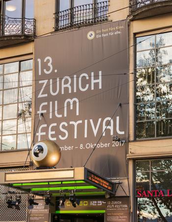 Zurich, Suiza - 27 de septiembre de 2017: una pancarta del Festival de Cine de Zurich sobre la entrada al cine Corso. El Festival de Cine de Zúrich se lleva a cabo anualmente a finales de septiembre desde 2005, en 2017 duró del 28 de septiembre al 8 de octubre.