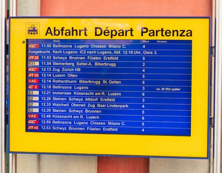 Arth, Svizzera - 19 luglio 2018: display di partenza arrivo alla stazione ferroviaria di Arth-Goldau. La stazione ferroviaria di Arth-Goldau si trova nel comune di Arth del cantone svizzero di Svitto, è un importante snodo, dove la linea Zugo-Arth-Goldau Editoriali
