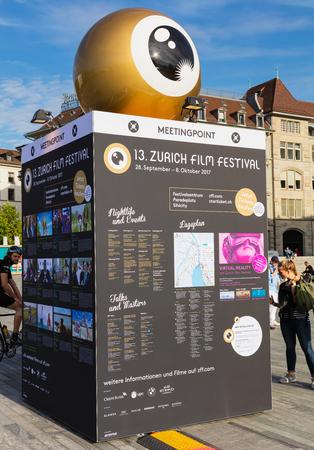 Zurich, Suiza - 29 de septiembre de 2017: el stand del punto de encuentro del Festival de Cine de Zurich en la plaza Sechselautenplatz. El Festival de Cine de Zúrich se lleva a cabo anualmente a finales de septiembre desde 2005, en 2017 duró del 28 de septiembre al 8 de octubre.