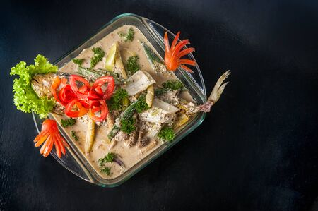 plato de pescado: Plato de pescado con salsa