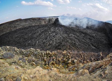 pinnacle: Pinnacle fumo nella zona del vulcano Erta Ale. Il flusso di lava formata onde e modelli incredibili dopo ogni eruzione. Situato in Etiopia, vicino al confine con Eritrea.