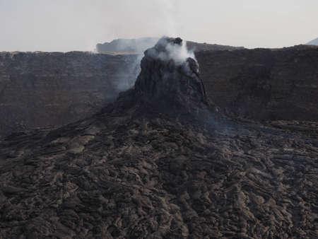 pin�culo: Pin�culo de fumadores en la zona del volc�n Erta Ale. El flujo de lava formado olas incre�bles y patrones despu�s de cada erupci�n. Situado en Etiop�a, cerca de la frontera con Erithrea.