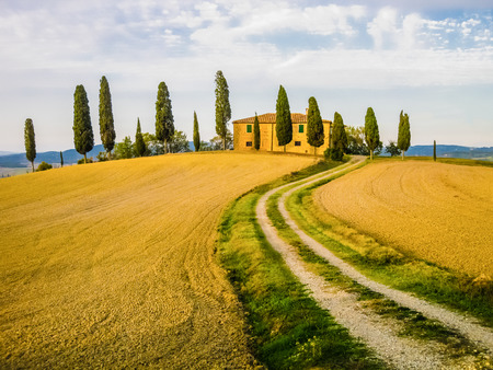 Typical farm in tuscan landscape, Italy Imagens