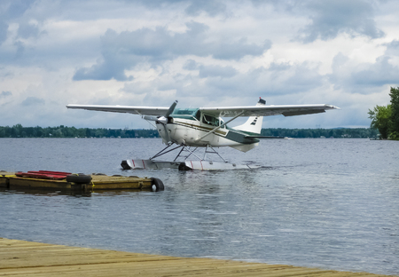 Float plane landing on a lake, Quebec, Canada 免版税图像