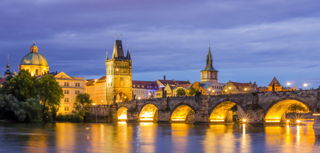 Stunning view of Charles Bridge (Karluv Most) at dusk, Prague, Czech Republic 스톡 콘텐츠