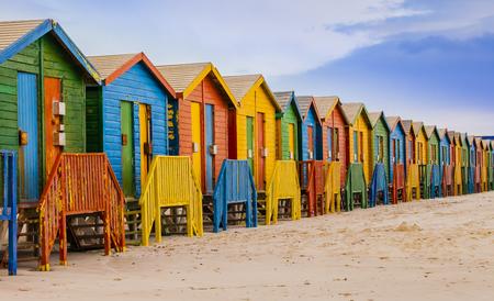 Reihe der bunten Badehütten im Muizenberg-Strand, Kapstadt, Südafrika