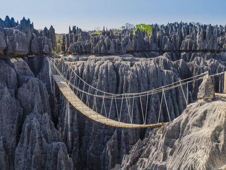 Impresionante puente colgante sobre el cañón en el Parque Nacional Tsingy de Bemaraha, Madagascar Foto de archivo