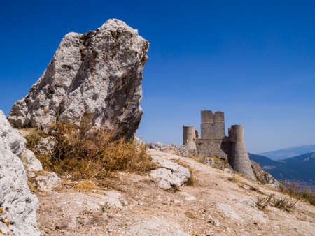 Stunning view of Rocca Calascio ruins, ancient medieval fortress in Gran Sasso National Park, Abruzzo region, Italy 免版税图像