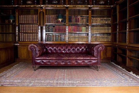 biblioteca: Retro sof� de cuero marr�n, sal�n sal�n Foto de archivo