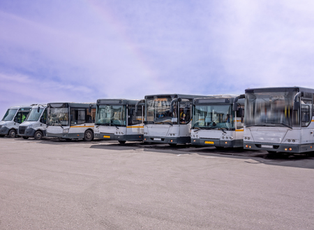 Row of the big tourist and passenger buses on the bus station parking Banque d'images