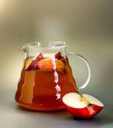 Apple tea in a glass teapot Banque d'images