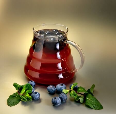 Hot tea wild blueberries in a glass teapot Banque d'images