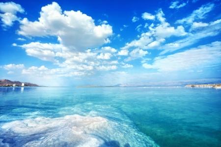 여름 날에 좋은 죽은 바다 풍경