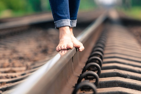 perspectiva lineal: descalzo chica va por el carril de verano Foto de archivo