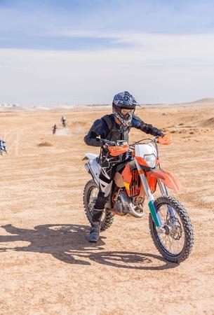 cavalier sur le cheval de fer à travers la zone du désert, jour d'été