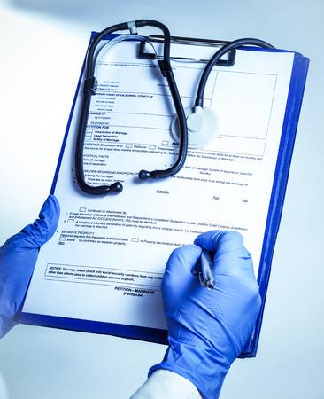 llenar los registros médicos del paciente Foto de archivo