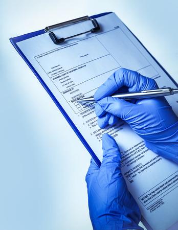 médico llena la historia, los antecedentes del hospital del paciente