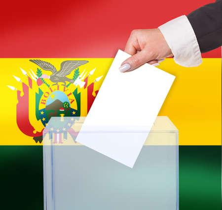 bandera de bolivia: voto electoral por voto, bajo la bandera de Bolivia Foto de archivo