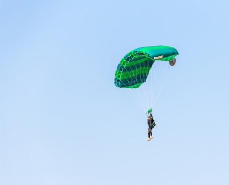 man athlete skydiver flying in the blue sky 版權商用圖片