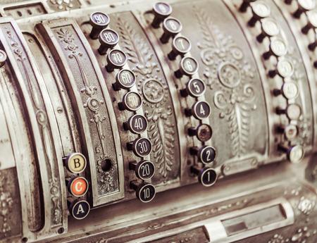 maquina registradora: vieja cosecha de metal de la caja registradora de primer plano
