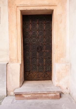 puertas de hierro: antiguas puertas de madera de con un patr�n de metal