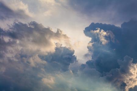 Natuurlijke achtergrond van de lucht en de wolken